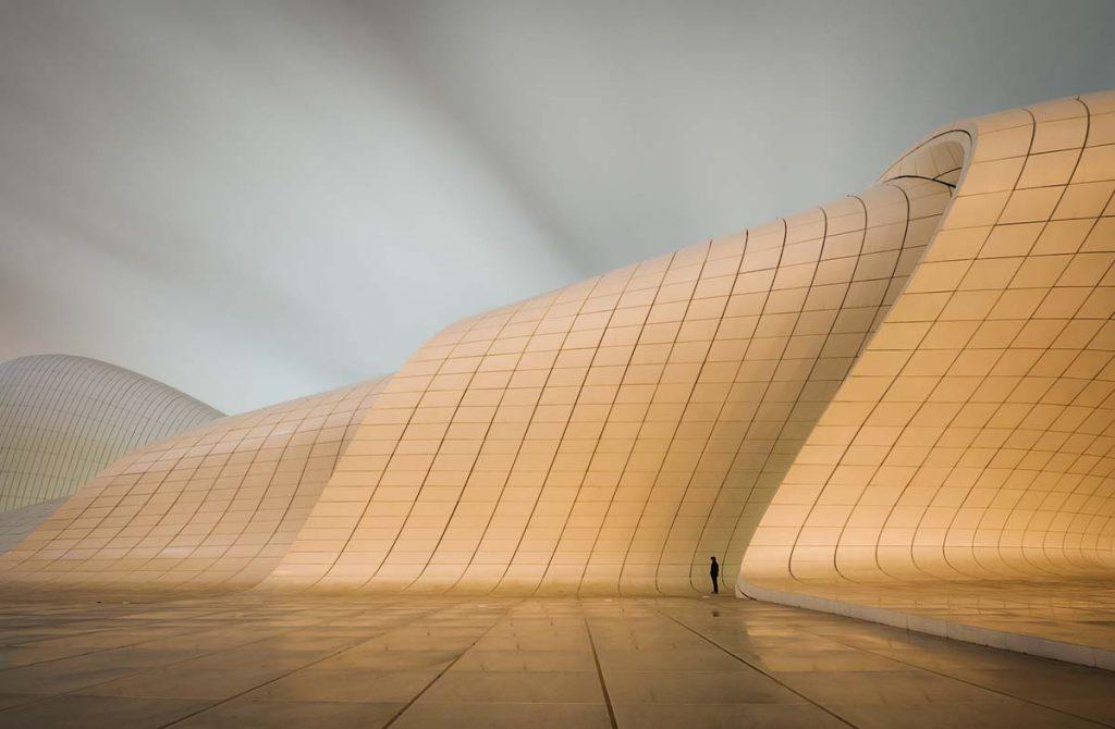 Fotografia przedstawiająca Centrum Heydara Aliyeva w Baku. Zwycięskie zdjęcie w Wielkim Konkursie Fotograficznm National Geographic