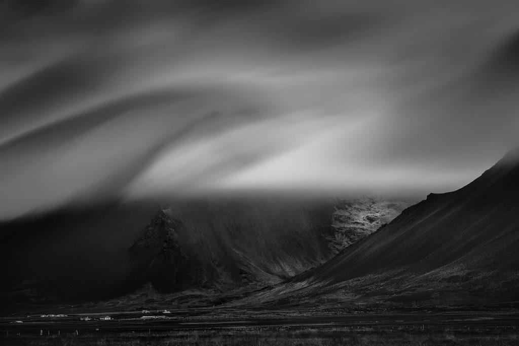 Czarno-białe islandzkie góry we mgle