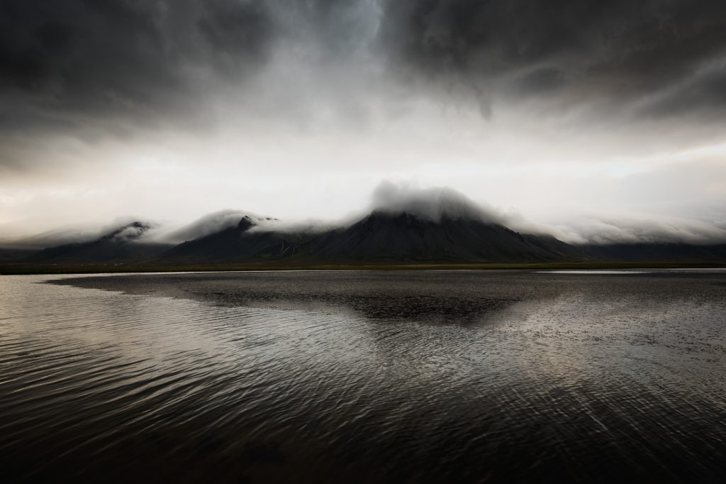 Odbicie gór w jeziorze - półwysep Snaefellsness