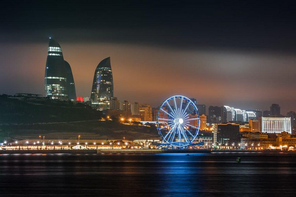 Krajobraz miejski Baku, Azerbejdżan sfotografowany przez Tomasza Przychodzień