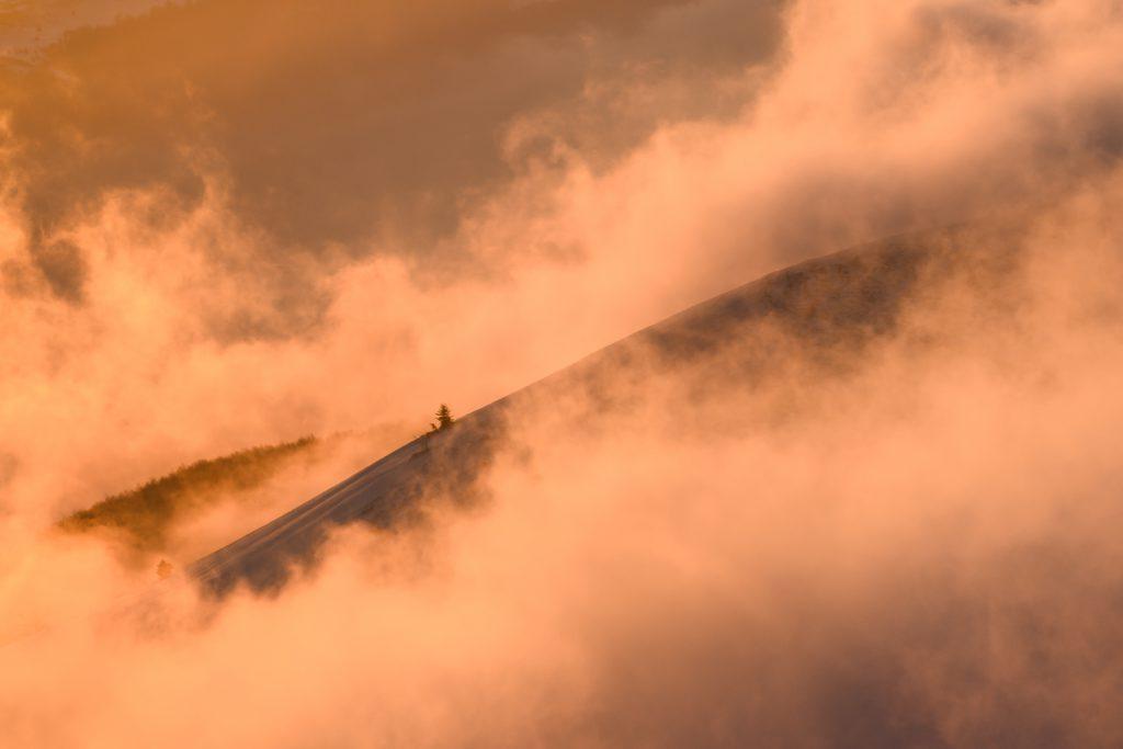 Chmury podświetlone światłem wschodzącego słońca - Połonina Caryńska