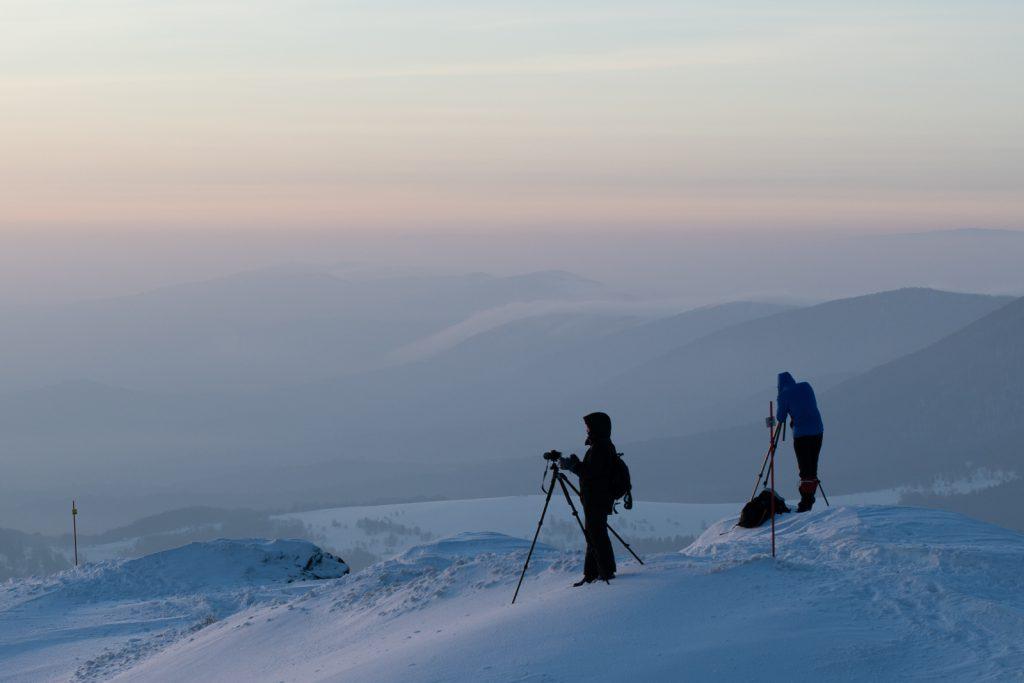 Fotografowie krajobrazu w górach zimą