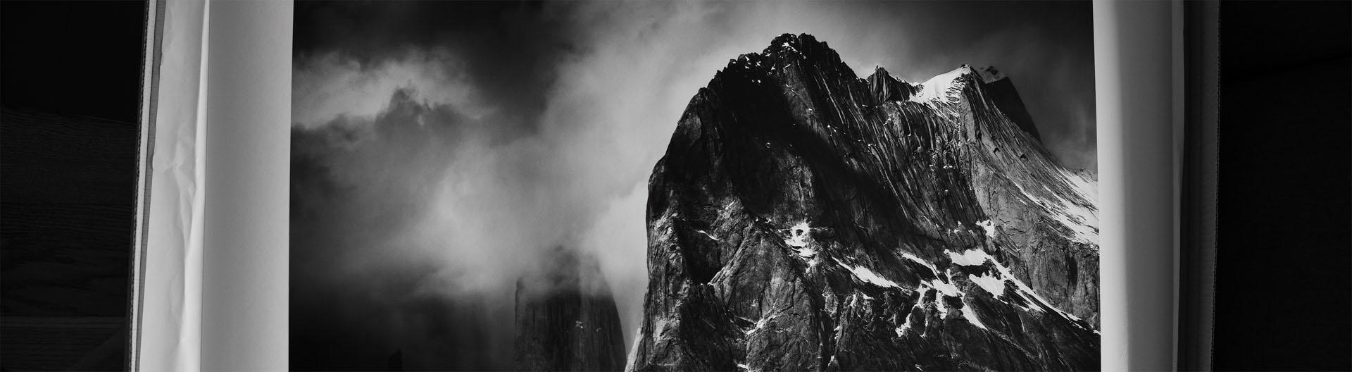 Czarno-biały wydruk fotografii górskiego pejzażu