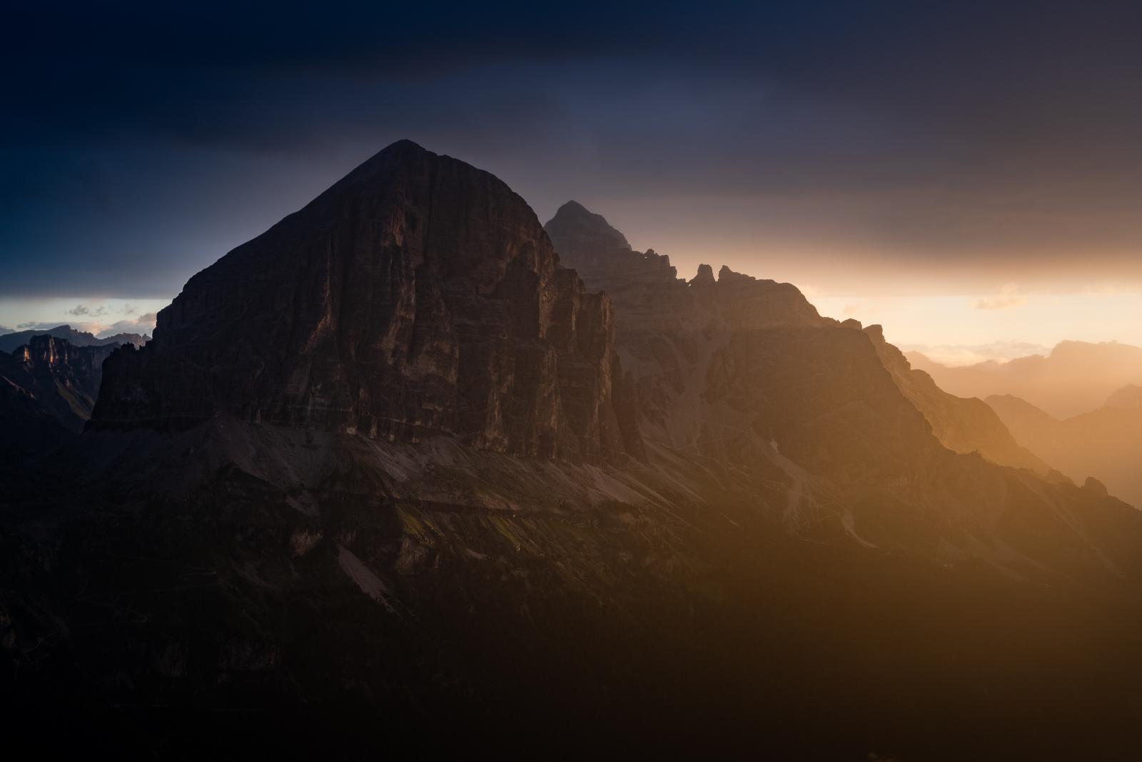 Tofana de Rozes sfotografowana o wschodzie słońca ze szczytu Averau