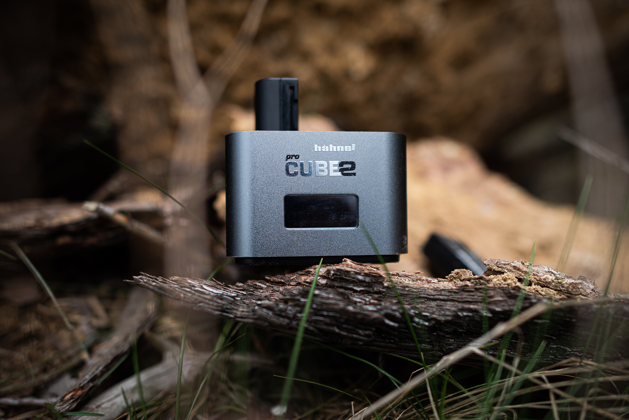 Ładowarka Hahnel Pro Cube 2 w lesie