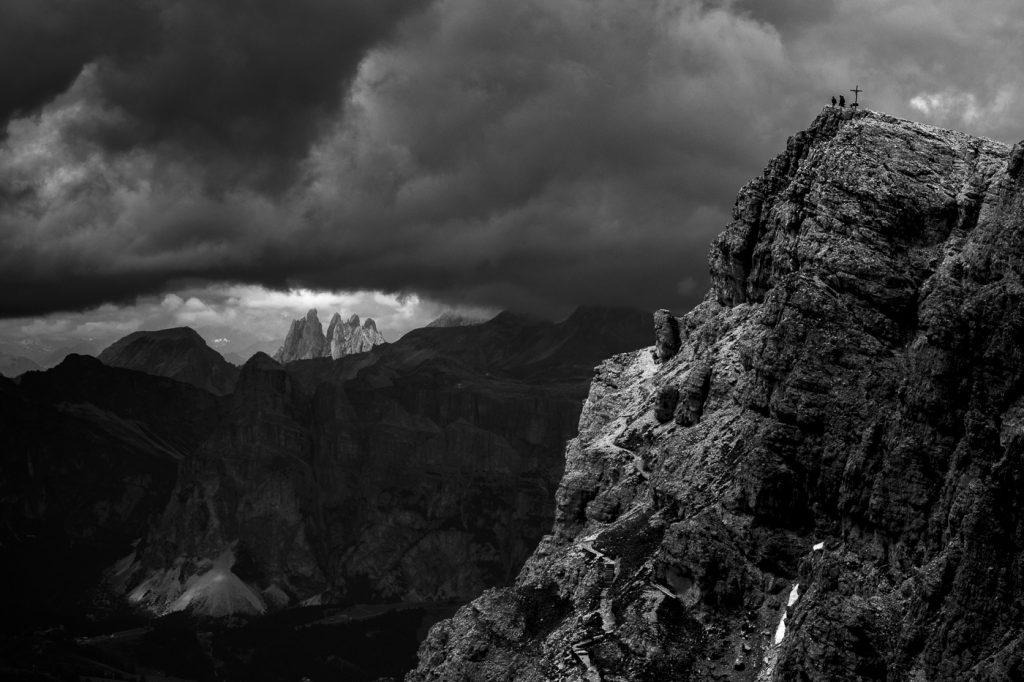 Czarno-biała fotografia - widok na Secedę z Lagazuoi