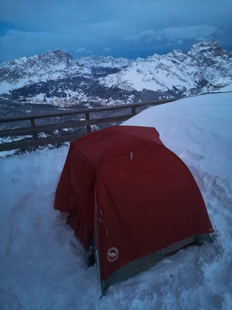 Nocleg pod namiotem zimą w Dolomitach
