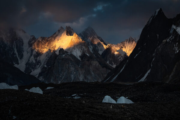 Tragarz i jego koń na tle gór Karakorum