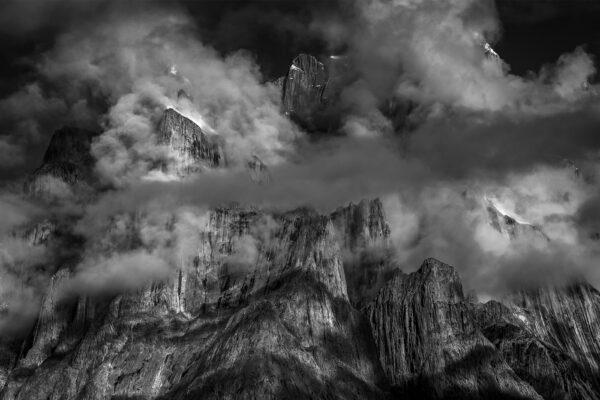 Czarno-białe zdjęcie przedstawiające góry