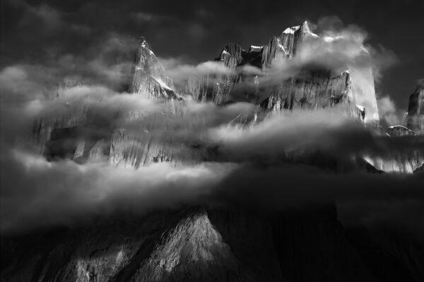 Czarno-białe zdjęcie gór Karakorum