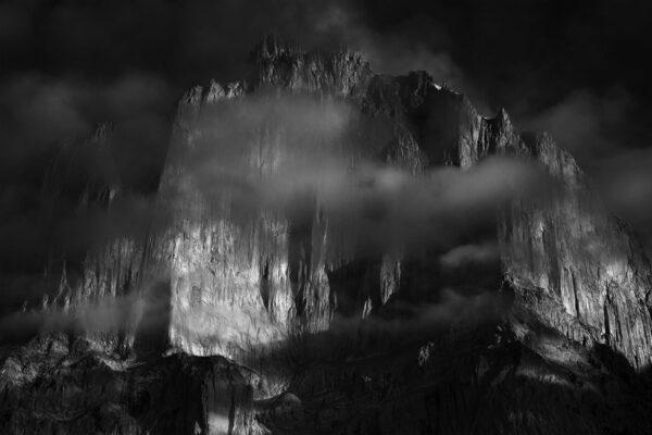 Czarno białe zdjęcie górskiej ściany w Karakorum