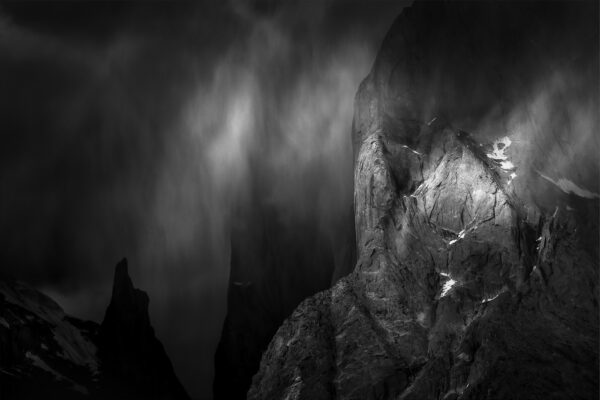Czarno-białe zdjęcie burzy pod Trango Towers