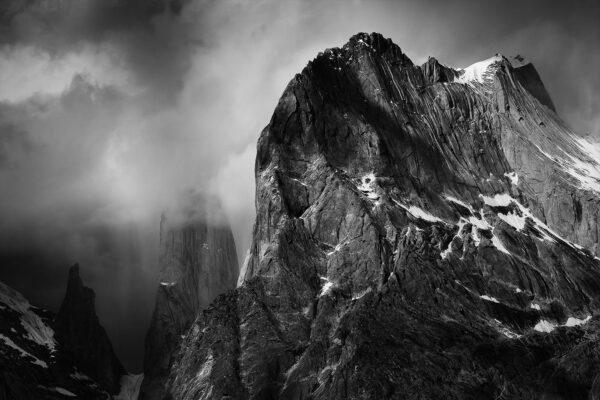 Czarno-biał zdjęcie masywu Trango w czasie burzy